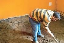 Snížení podlahy alespoň o půl metru a její nové zaizolování je důsledkem nadměrného výskytu radonu na Obecním úřadě v Úvalně.