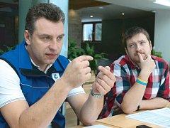 Karel Ležatka a Lukáš Ptáček (zleva) prozradili veškeré novinky pro letošní lyžařskou sezonu ve Ski areálu Kopřivná v Malé Morávce.