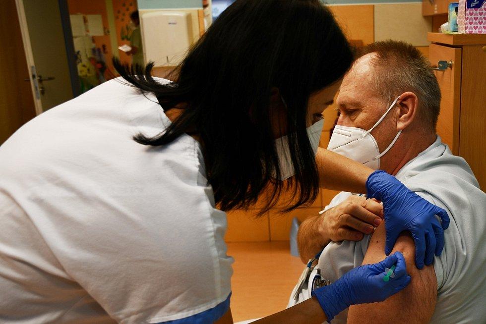 První dávku vakcíny proti Covid-19 v okrese Bruntál dostal primář krnovské chirurgie MUDr. Bronislav Sedláček.