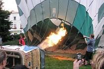 Balony s výherci soutěží na Hornoslezských slavnostech a se zástupci Krnova a jeho partnerských polských měst se v neděli večer vznesly z krnovského náměstí.
