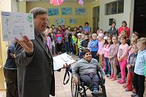 Jako samoživitelka nemohla maminka zdravotně postiženého Filípka našetřit peníze na koupi nového, nezbytně potřebného vozíčku. Pomohli dobří lidé.