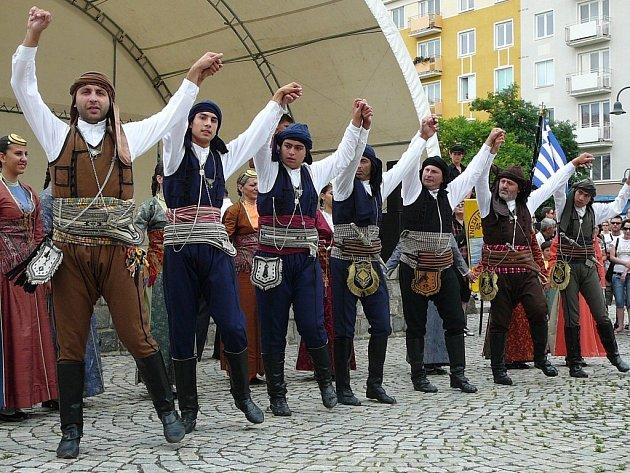 V průběhu pátečního odpoledne na krnovském Hlavním náměstí vystoupili také členové folklorních souborů.