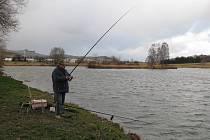 Na břehu Celňáku se rybáři těšili na záběry. Místo nich přišel vítr s přeháňkami.