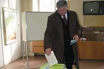 Bývalý ministr zemědělství Jaroslav Palas volil v pátek v Krnově a působil optimisticky a sebejistě. Po sčítání hlasů se ukázalo, že právem.