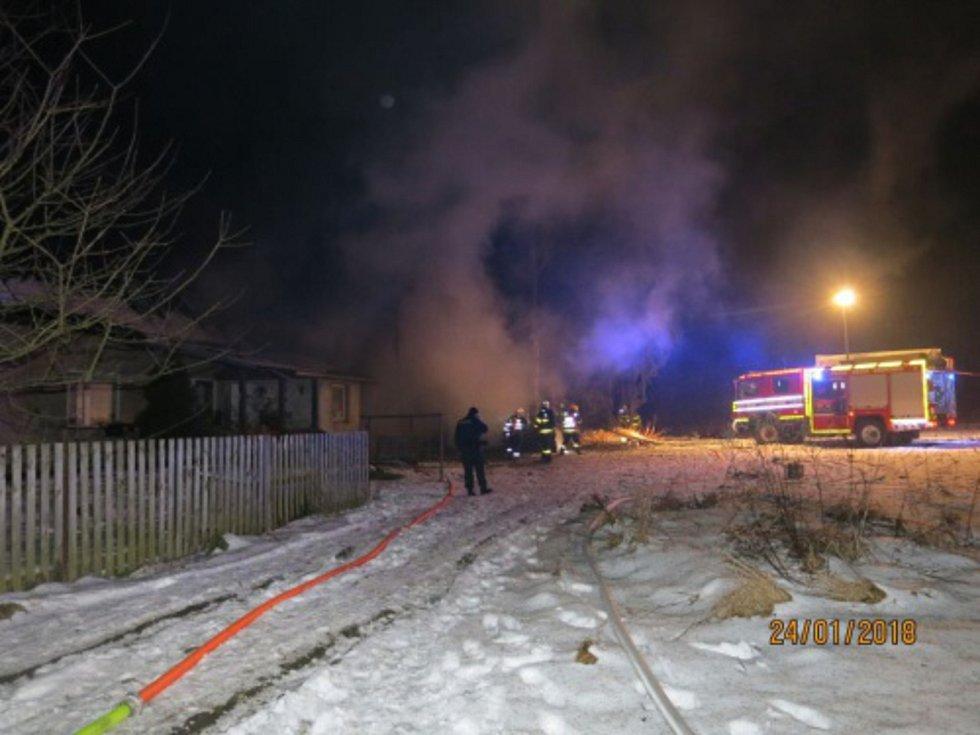 V Široké Nivě shořela garáž s autem a traktorem, hasiči uchránili rodinný domek.
