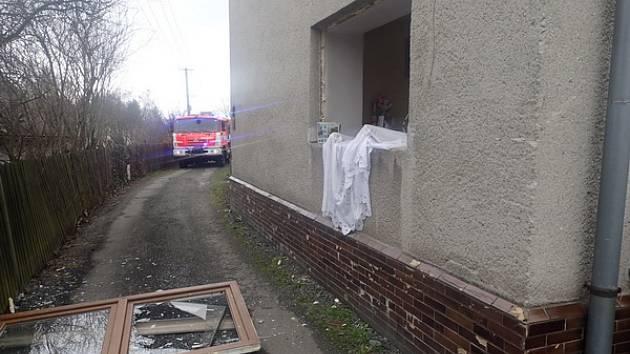 Tři osoby se nacházely v sobotu dopoledne v rodinném domě, ve kterém došlo k výbuchu kotle na tuhá paliva. Následky výbuchu naštěstí nezpůsobily žádné zranění osob, pouze materiální škody na domě a jeho vybavení.