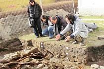 Archeologové dokážou ve výkopech kolem kostela sv. Martina číst jako v knize. Co všechno vyčetli z odkrytých vrstev a z nalezených fragmentů, se zájemci dozví 15. května.
