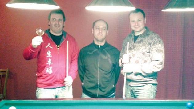 Vítězný tým letošního ročníku Krnovské kulečníkové ligy, tým Dalas II ve složení zleva Martin Štěpánek, Rudolf Křiva a Pavel Konečný.
