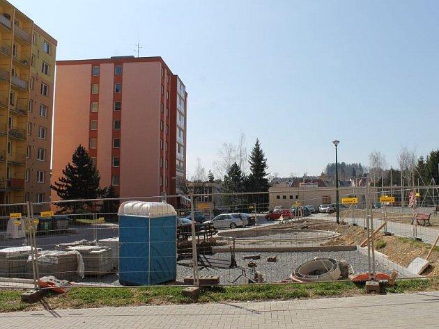 Po zimní pauze zhotovitelská firma podle vyjádření města sabotuje modernizaci sídliště Dolní i hřiště v ulici U Rybníka.