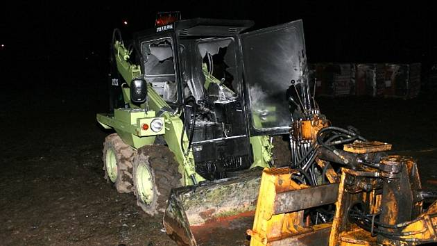 Stotisícová škoda vznikla na pracovním stroji UNC 60, který hořel ve středu v 18.55 hodin na Ježníku v Krnově.