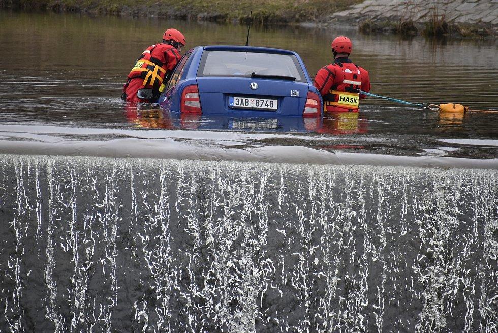 V centru Krnova se hasiči a policisté prali s autem, které si plulo prostředkem řeky Opavy.