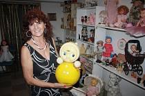Sběratelka Miroslava Vroblová v Krnově v restauraci VILLA CAFE provází návštěvníky výstavou hraček a hlavně panenek.