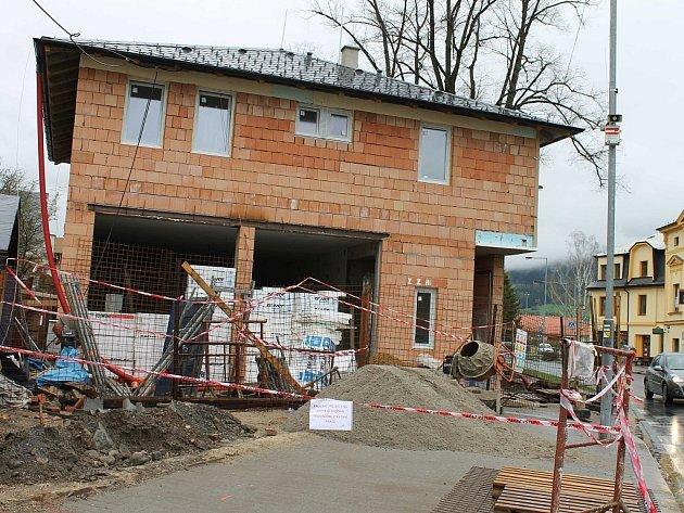 Nové stanoviště rychlé záchranné služby právě vzniká u silnice v Nádražní ulici ve Vrbně pod Pradědem.