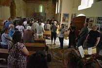 Kostel sv. Jiří v zaniklé vsi Pelhřimovy na Osoblažsku byl opět plný věřících. Bohoslužba zde byla sloužena díky iniciativě spolku křesťanských fotografů Člověk a Víra.