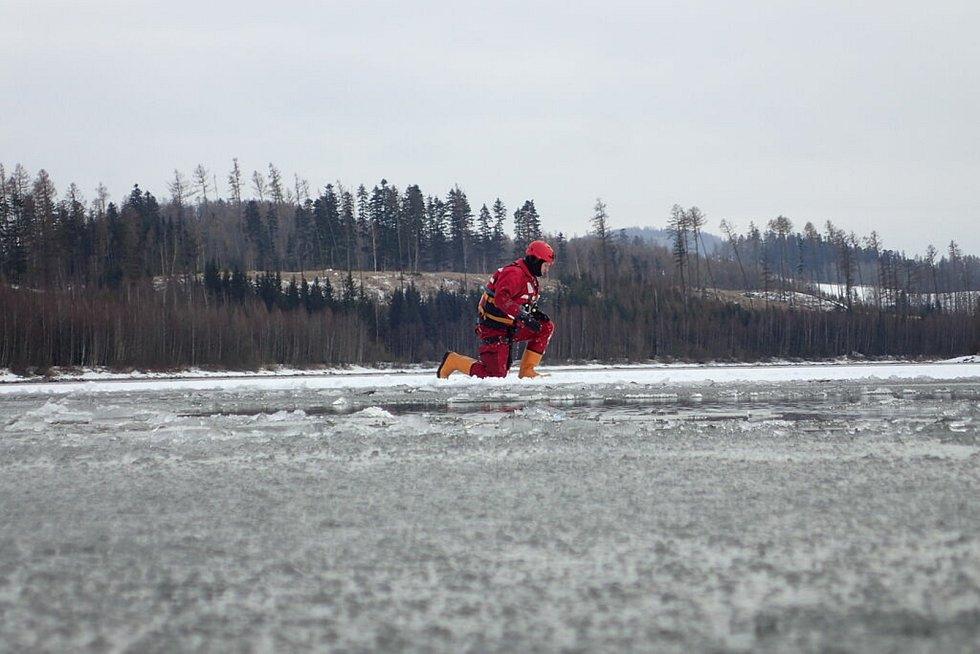 """Hasiči na Slezské Hartě testovali """"Seabob"""" určený pro pohyb na vodě i pod vodou a také čtyřpásový speciál """"Hāgglunds""""."""
