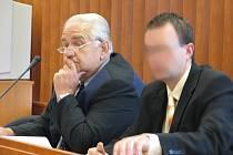 Z.V. (vpravo) u bruntálského soudu.