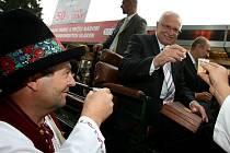 Bruntálský zastupitel František Cáb ve valašském kroji připil sklenkou lahodného moku na zdraví prezidenta Václava Klause. I takové nečekané setkání přinesla letošní Země živitelka.