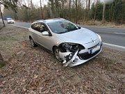 Takto dopadl Renaultu po srážce se srnou, která nepřežila.  Škoda na vozidle činí 50 tisíc korun.