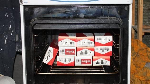 Tisíce nekolkovaných cigaret, tabák, peníze i drogy našli policisté při velkém zásahu v okresech Bruntál a Opava.
