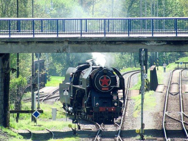 Šlechtičny jsou obrovské parní lokomotivy, které dokázaly spojit rychlost a sílu. Proto tahaly rychlíky i těžké nákladní vlaky. Během hodinové technické přestávky na krnovském nádraží je pomáhali zbrojit vodou dobrovolní hasiči a odborníci z Olpasu.
