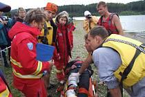 Hasiči i zdravotníci se vloni v rámci soutěže účastnili záchrany tonoucího z vody.