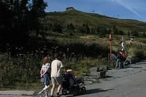 Vlek B na Pradědu má dvě části. Jedna z nich vede až k Petrovým kamenům. Celkem je dlouhý 1202 metrů.