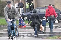 Smyk na kruhovém objezdu v Krnově se nepodařilo ustát jednadvacetiletému řidiči. Naboural dopravní značku.