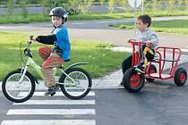 Dopravní hřiště u Střediska volného času Méďa bylo chvílemi přeplněné dětmi. Ty větší si již dávaly pozor na dodržování pravidel silničního provozu.