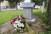 Pamětní deska v Písečné byla letos odhalena poblíž místa, kde při povodních před dvaceti lety zahynula Zdeňka Holanová.