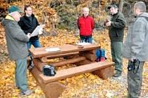 JEDNO z dřevěných stylových odpočívadel skončilo asi na zahrádce neznámého zloděje. Vyrábí se nové, které už bude pevně zakotveno v zemi.