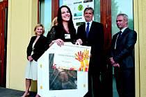 Sára Szmeková si v Lidicích převzala cenu Lidická růže za svůj portrét J.A. Komenského.  Foto: