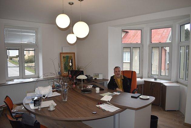 Starosta Úvalna Radek Šimek přivítal návštěvu zDeníku ve své nové kanceláři, kde se teprve zabydluje.