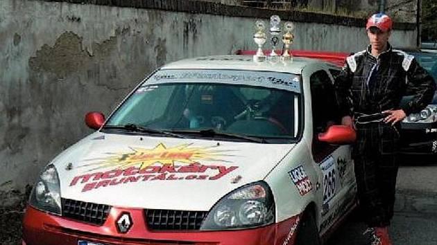 Lukáš Janík vedle svého soutěžního vozu Renault Clio.