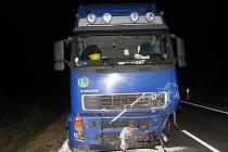 Kamion, s nímž se loni v prosinci střetl dvacetiletý mladík ve felicii. Kamion zůstal stát po střetu s protijedoucím osobním vozem ve svém jízdním pruhu.