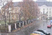 Sněhová nadílka nečekaně překvapila ve čtvrtek 21. října obyvatele a návštěvníky města Bruntál. Letos to bylo vůbec poprvé, kdy v okresním městě sněžilo. Zatím padal sníh jenom ve vyšších polohách, převážně v okolí Jeseníků.