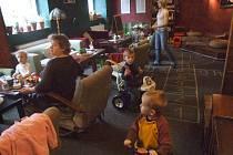 Čajovna nabídla azyl rodičům s dětmi.