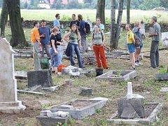 Evangelický hřbitov v České Vsi u Města Albrechtic patří k posledním dokladům o evangelické komunitě, která v zapadlých podhorských vesnicích několik století odolávala rekatolizaci.