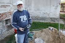 Kněz Pavel Zachrla v holčovickém kostele slouží mše, ale také s partou sousedů opravuje omítky.