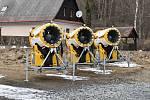 Zimní areály v Jeseníkách jsou liduprázdné. Na sjezdovkách bez užitku tají zásoby technického sněhu.