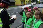 Dětřichovští školáci potěšili vzorné řidiče, dodržující nejvyšší povolenou rychlost v obci, vlastnoručně namalovaným obrázkem usměvavého autíčka.