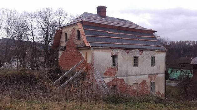 Rychta v Karlovicích má to nejdůležitější: novou střechu a zajištěnou statiku v rohu, kde došlo propadnutí kleneb v základovém zdivu.