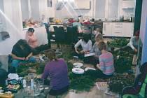 Pletení adventních věnců. Šest žen se pustilo do výroby adventních věnců, výtěžek z prodeje věnovaly na dobročinnou věc.