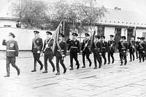Vojáci sovětské bruntálské posádky pochodují před svým velitelem v bruntálských kasárnách v roce 1981.