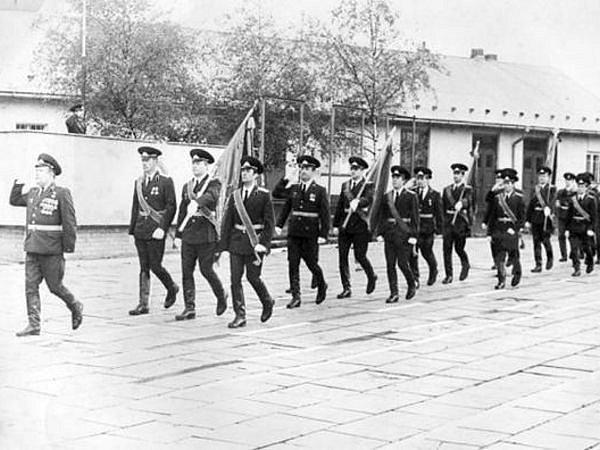 Vojáci sovětské bruntálské posádky pochodují před svým velitelem vbruntálských kasárnách vroce 1981.