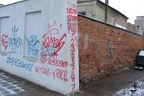 Krnovská taxislužba novou stěnu pro legální graffiti využila formou guerillové reklamy. Nemusí platit za plakátovací plochy ani za billboardy, stačilo jen zakoupit barvu ve spreji.