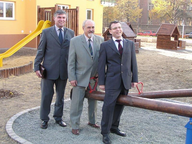 Nové hřiště před deseti lety potěšilo hlavně politiky ČSSD. S chutí si na něm zapózovali tehdejší ministr zemědělství Jaroslav Palas, starosta Krnova Josef Hercig a předseda parlamentu Lubomír Zaorálek.