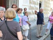Předseda Klubu Za starý Bruntál Pavel Rapušák provází po městě výletníky. Na snímku s turisty z Dolní Lutyně.