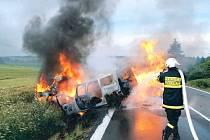 Tragický konec měla autonehoda, k níž došlo v neděli večer na silnici mezi Dvorci a Moravským Berounem. V nepřehledném úseku do sebe vrazila dvě auta, která po srážce začala hořet.