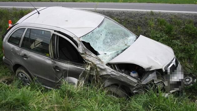 Řidič Škody Fabie zřejmě přecenil své síly, nezvládl zatáčku, dostal smyk a vjel do příkopu. Škoda se vyšplhala na sto padesát tisíc korun.