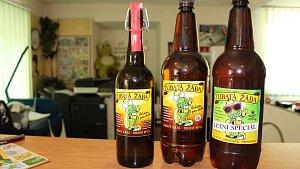Zubatá žába propaguje Bruntál nově také pivem.